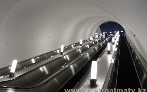 Эскалаторы (4 ленты) высотой подъема 20,0 м, длиной 40,0 м.