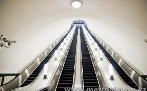 Эскалаторы (4 ленты) высотой подъема 28,5 м, длиной 57,0 м
