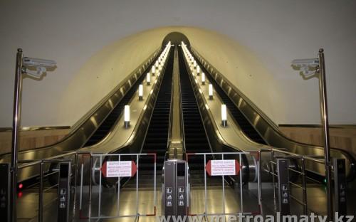 Эскалаторы (4 ленты) высотой подъема 29,0 м, длиной 58,0 м.